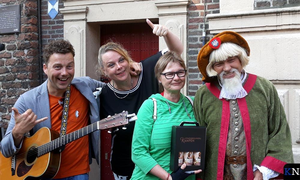 Een toeriste gaat op de foto met de hoofdrolspelers (Gertjan, Astrid en Henrick)