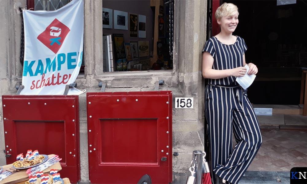 Annemiek Jonker in de deuropening van het Gotisch Huis
