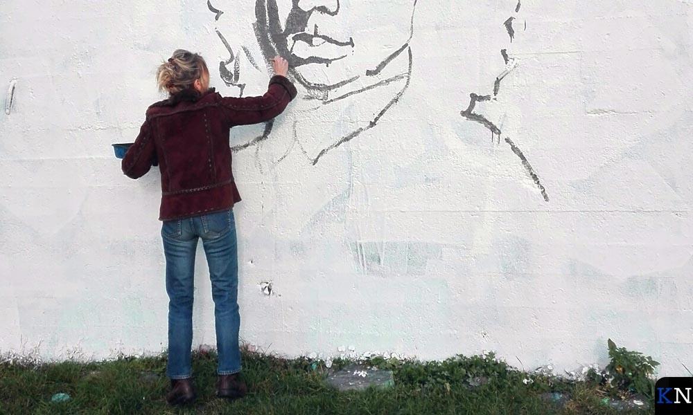 Antje Stel bereidt de protestschildering van Menno van Coehoorn voor.
