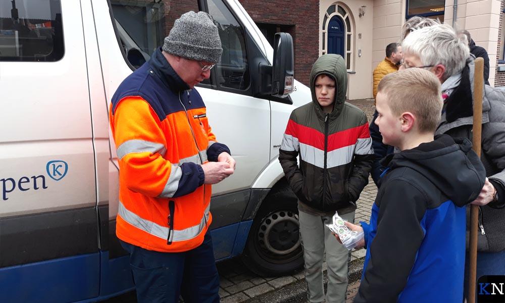 Kenny en Mike krijgen hun kerstduiten en lootjes voor de ingeleverde kerstbomen.