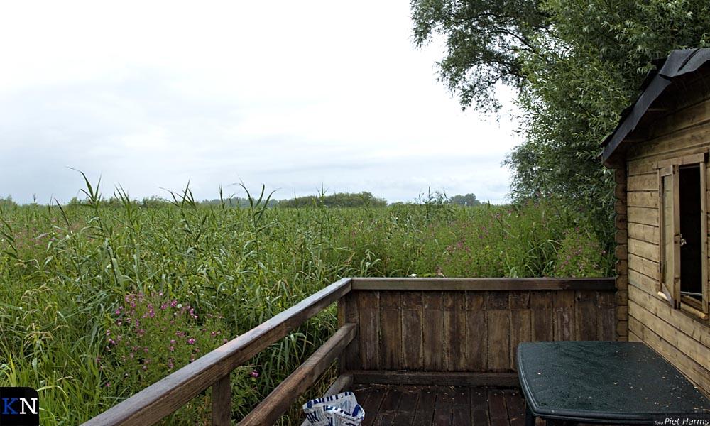 De veranda achter de schuilhut van de Kratse.