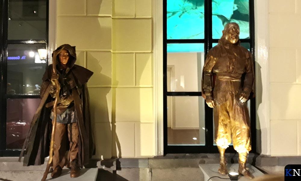 'Living statues'omgaven het Oude Raadhuis oftewel het Stedelijk Museum