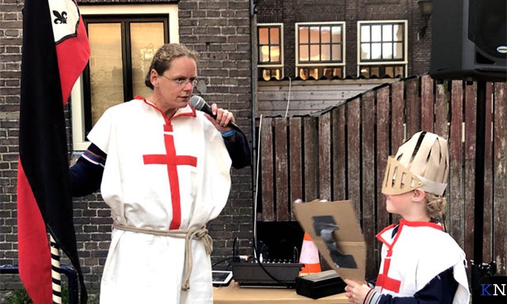 Een leerling van de Mgr. Zwijssenschool heeft zijn leraar Mariska van Keulen in de smiezen.