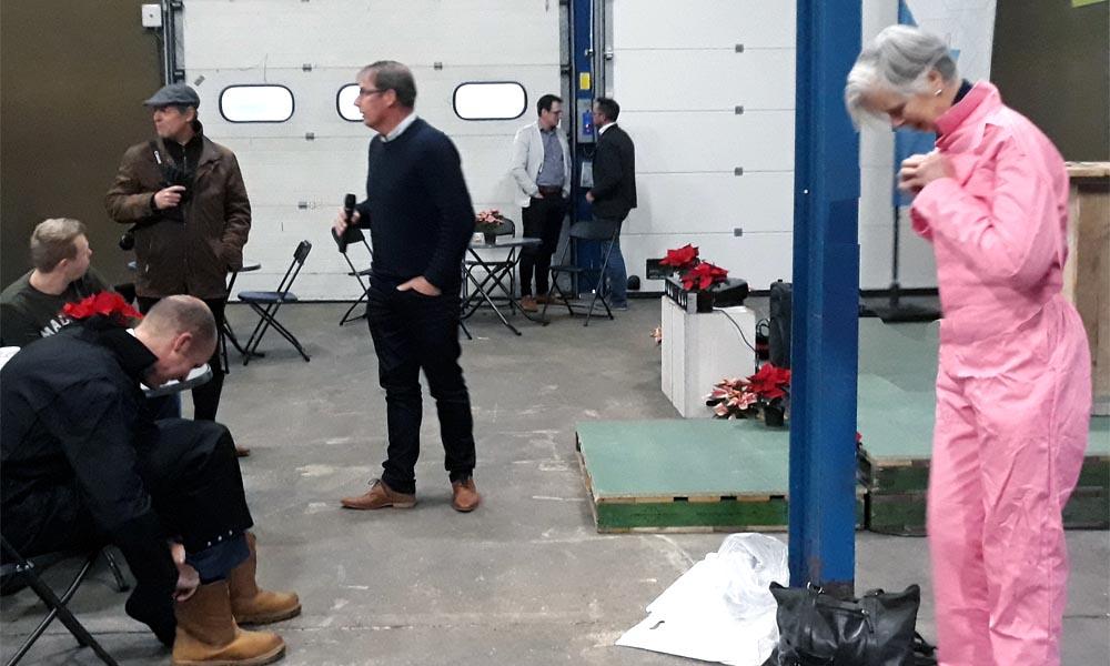 Wethouder Geert Meijering en gedeputeerde Annemieke Traag maen zich gereed voor de betonstorting.