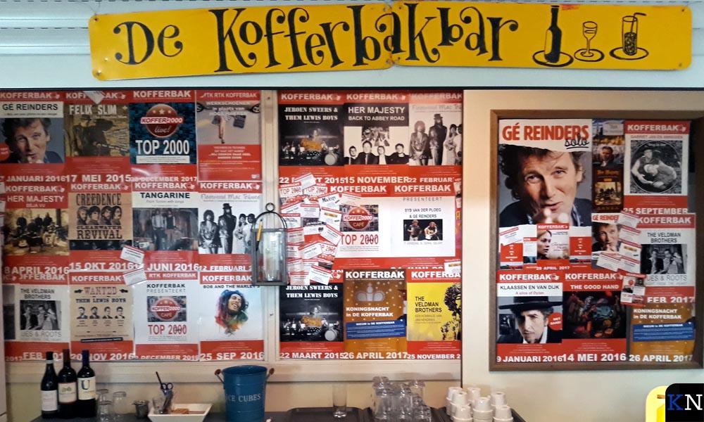 In de koffiebar van de Kofferbak hangt een collage met affiches van de voorstellingen.