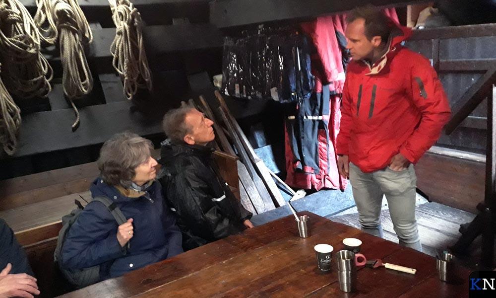 Regisseur Hans van der Steeg spreekt onderdeks met schrijver Jaap van Moolenbroek .