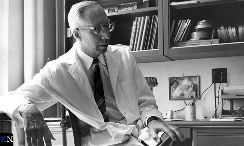 Dr. Willem Kolff op zijn werkkamer in 1966.