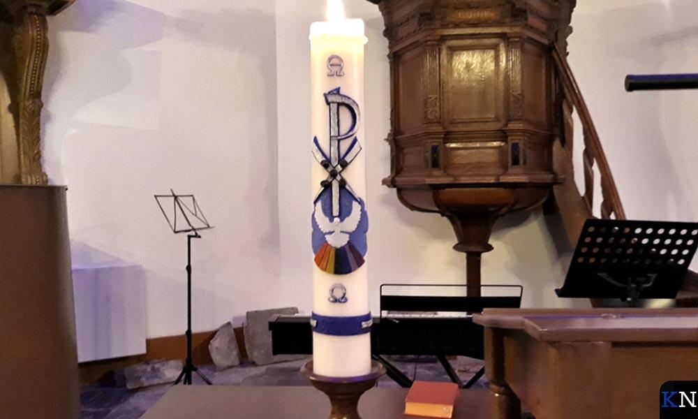 De kaars wordt ontstoken tijdens de samenkomsten in de St. Annakapel.