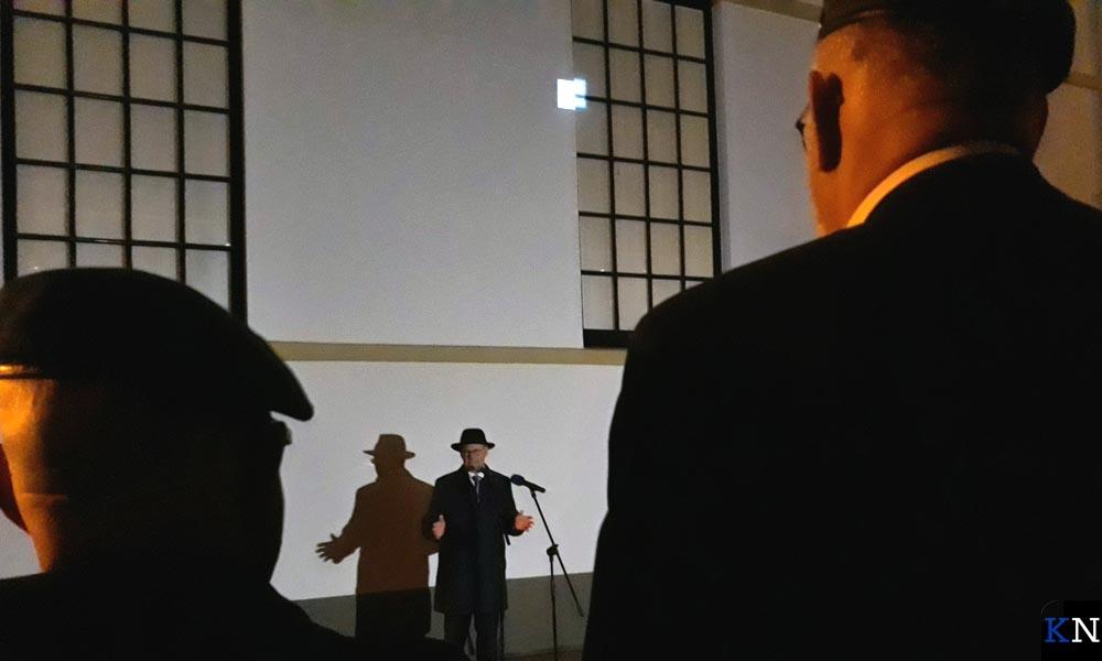 Burgemeester Koelewijn bij de voormalige Kamper synagoge.