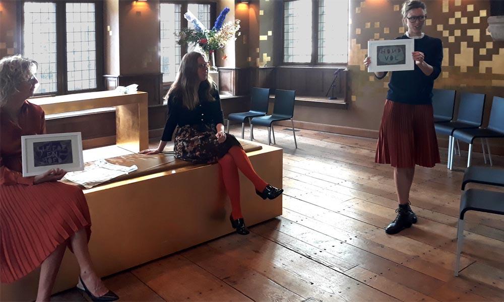 Irma van der Sloot, Kim van Norren, Jolanda  Slurink (v.l.n.r.) met de pastelwerkjes in de Gouden Zaal van het Stedelijk Museum.