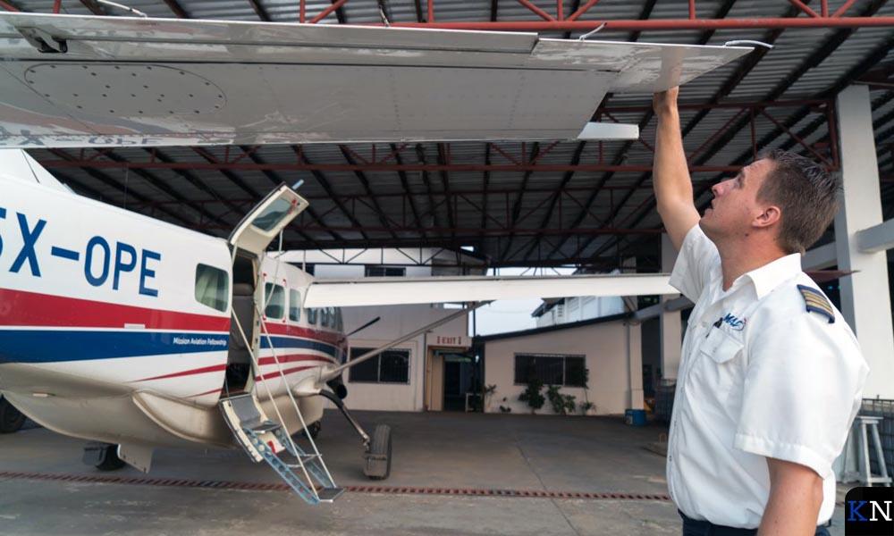Arjan Paas controleert zijn vliegtuig.