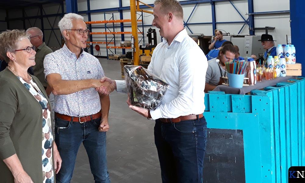 Ans en Dick Fix worden gefeliciteerd door Pim van den Borne.