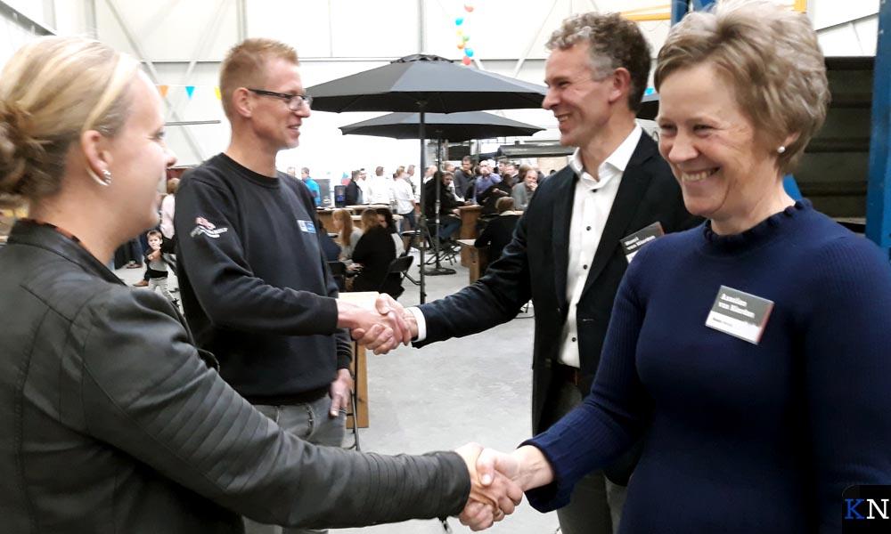 Henri & Asselien van Hierden worden gefeliciteerd door de buren.