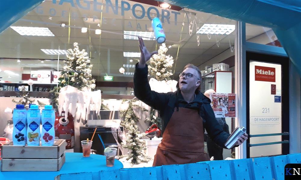 Jos Hogenbirk (Kamper Events) bereidt vol flair de cocktails