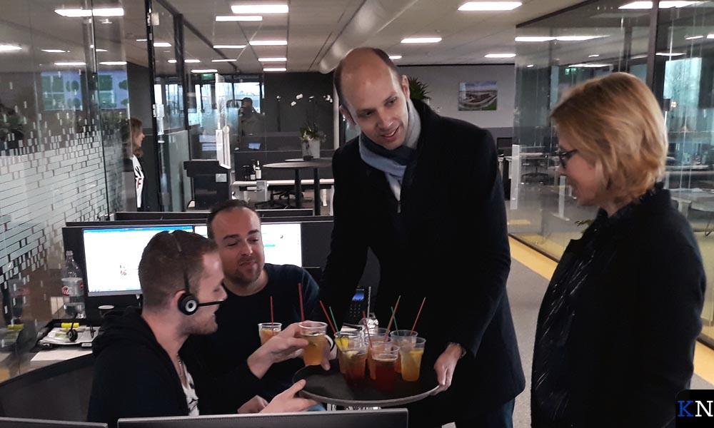 Geert Meijering en Miranda van Marle delen de MFE-cocktails uit aan medewerkers van Uitgekookt.