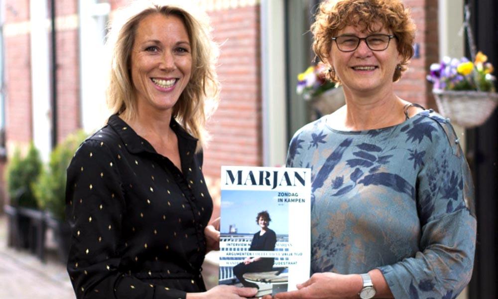 Jenneke Palland krijgt een exemplaar overhandigd van Marjan Palland.