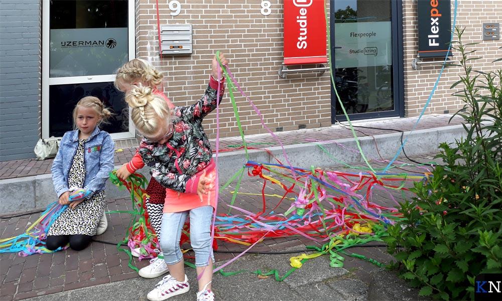Spelen met de confettislingers!