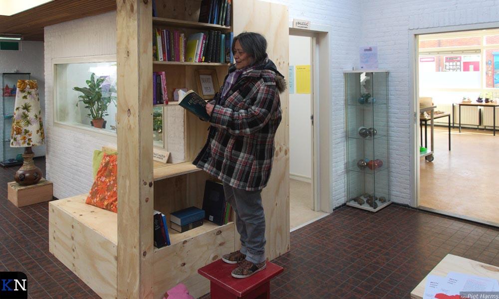 Aletta Matheus nam meteen een kijkje in de nog uit te bouwen boekenkast van wijkcentrum 't Middelpunt.