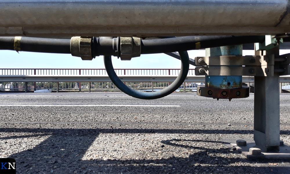 De permanente sproei-installatie in de middengeleider van de Molenbrug.