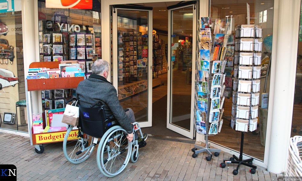Met de rolstoel komt Nardus makkelijk Bos binnen.