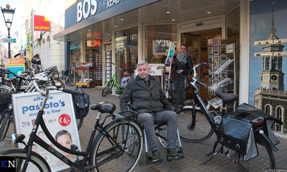 Nardus rolt zich klem tussen de lukraak geparkeerde fietsen in de Oudestraat.