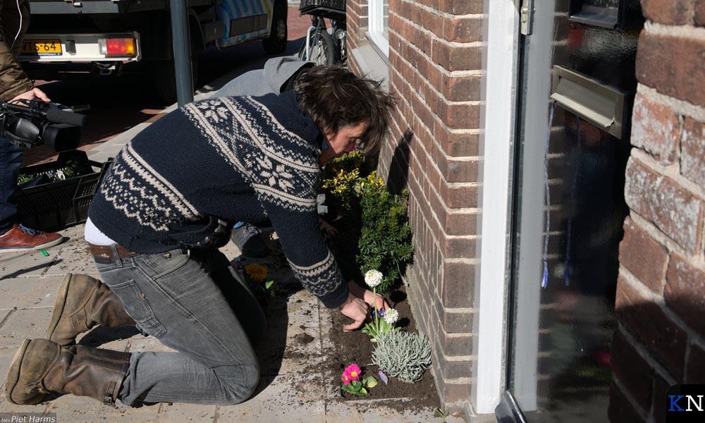 Lodewijk Hoekstra plant een geveltuintje aan in Brunnepe.