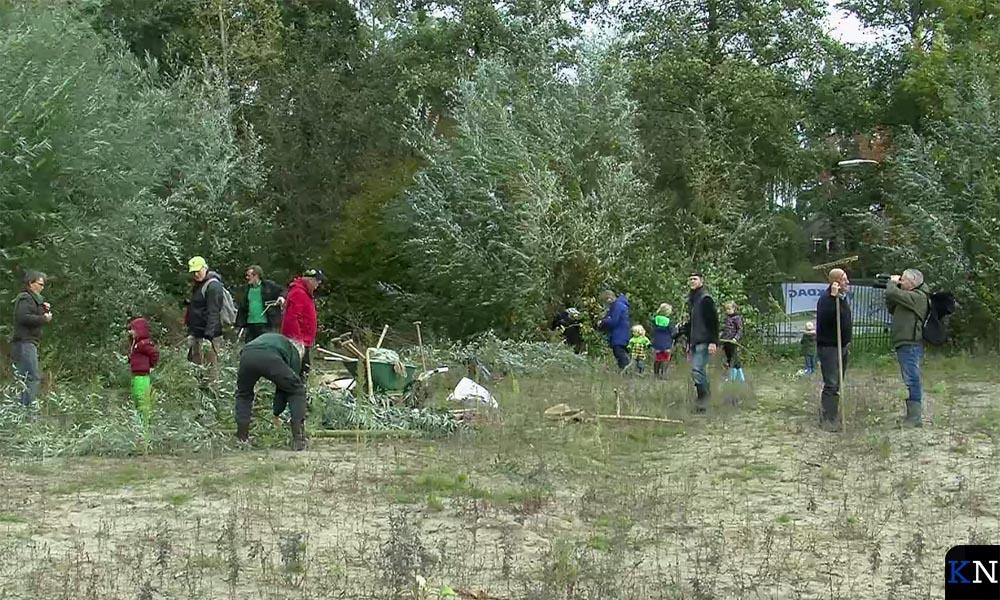 Vrijwilligers maken het terrein gereed voor het Voedselbos.