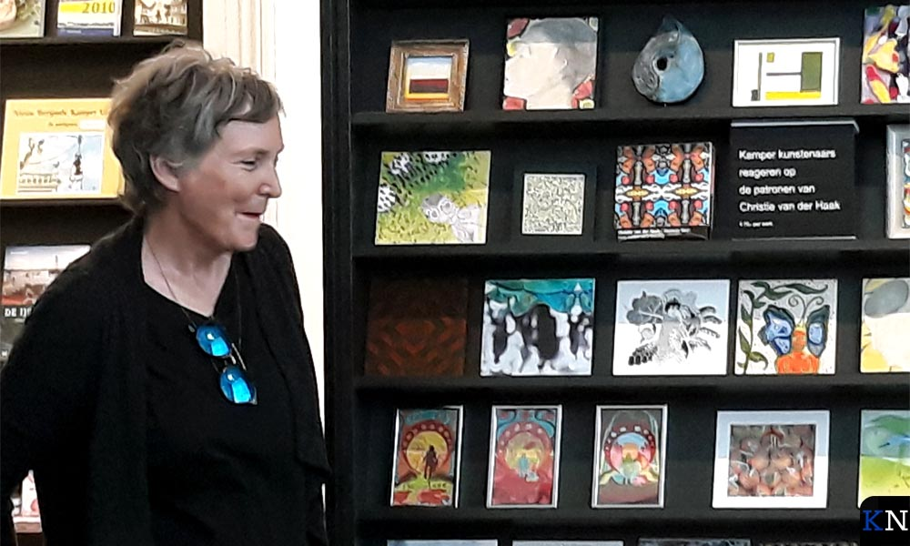 Annemarie Cilon bij de wandkast in Stedelijk Museum Kampen.