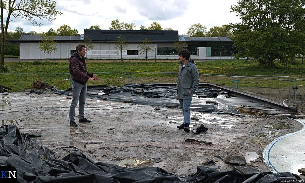 Hans Hollander en Gerlo Schutte op het dak van 'hun' souterrain.