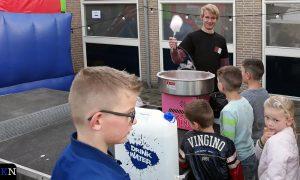 De kinderen stonden in de rij voor een suikerspin.