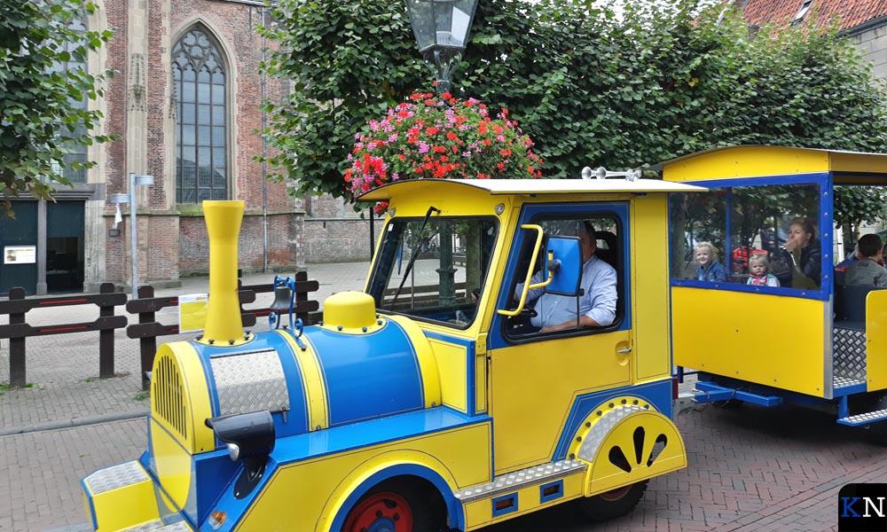 Het treintje dat door de binnenstad rijdt, houdt halt bij de geopende Buitenkerk.