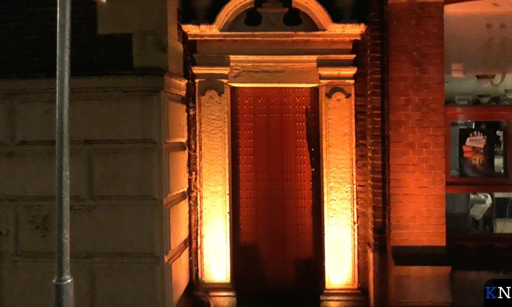 De voet van de Nieuwe Toren wordt ook oranje aangelicht.