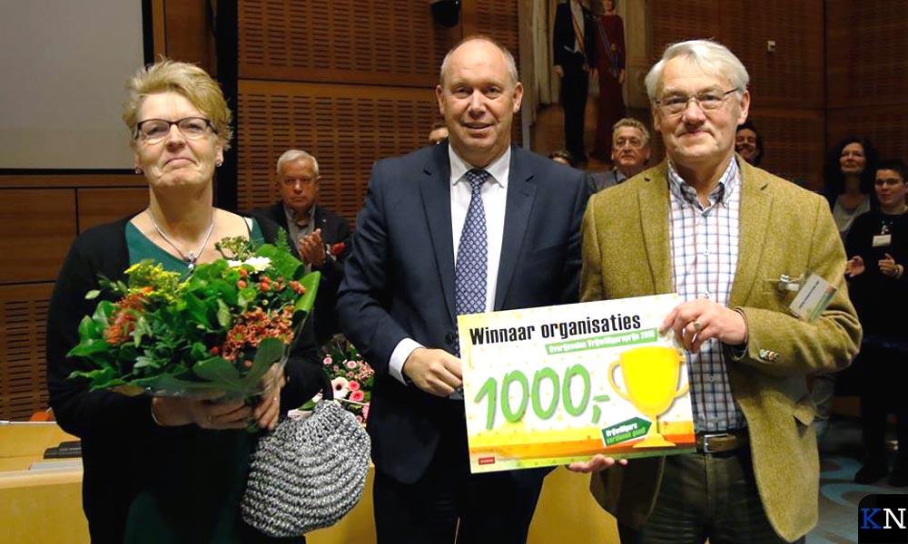 Vertegenwoordigers van Stichting Zwembad De Groene Jager ontvangen een cheque.