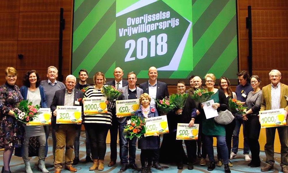 Alle winnars van de Overijsselse Vrijwilligersprijs op een rijtje in de Statenzaal van het Provinciehuis.