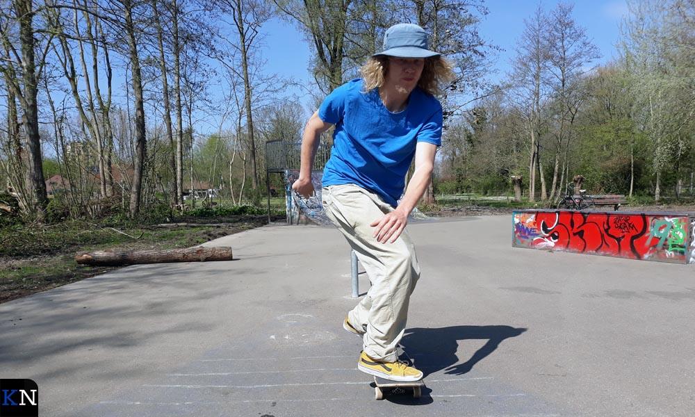 Bram Karels moet alleen skaten door de coronaregels.