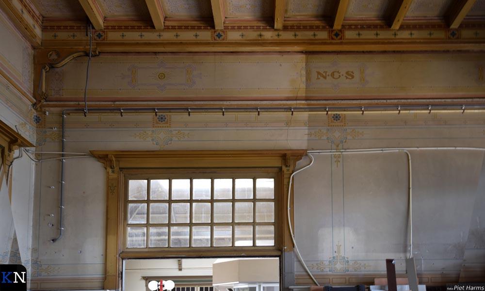 Oude schilderingen op de muren van het Kamper treinstation.