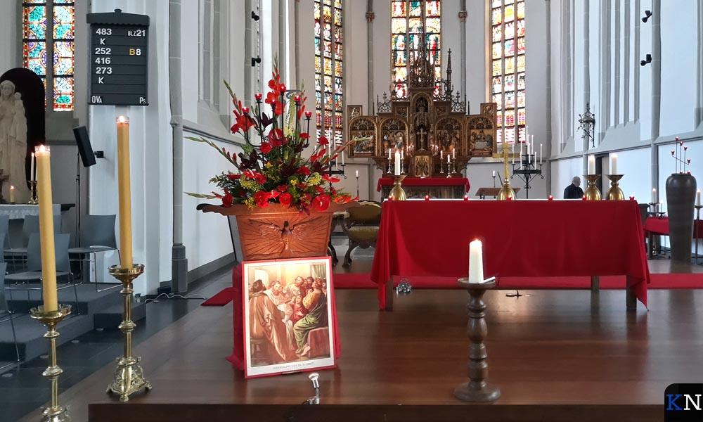 In de RK Buitenkerk wed het vuur van Pinksteren gesymboliseerd met kaarsen.