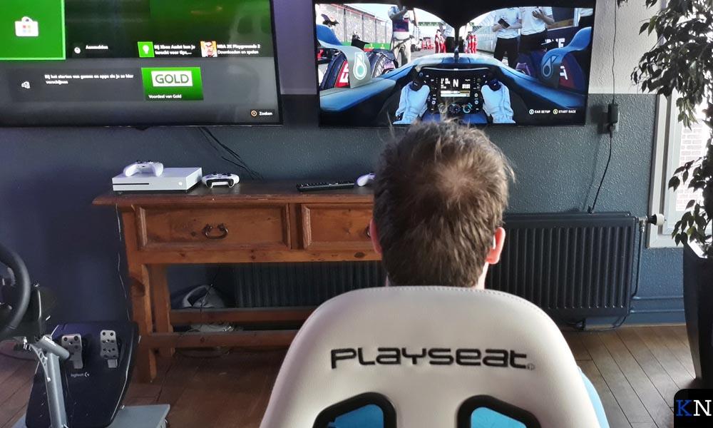 Feben neemt zelf plaats in de Playseat Racing Simulator.