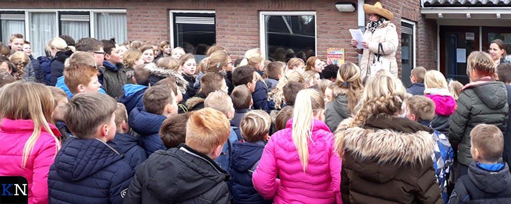 Prijsuitreiking op het schoolplein voor de raadgedichten.
