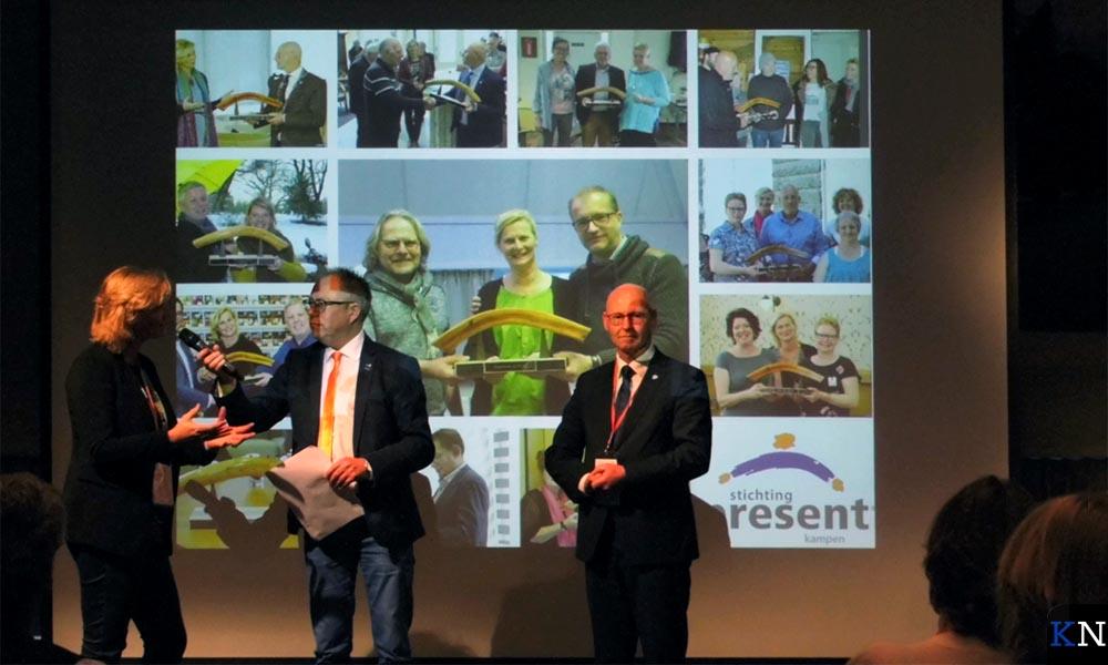 De bekendmaking vindt plaats voor een projectie van de Kamper Bruggenbouwers (links Kramer en rechts Koelewijn).