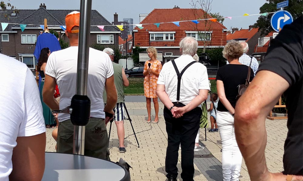 Cultuurwethouder Irma van der Sloot opent de expositie Raamwerk van Maaike Cotterink en Alioune Diagne aan de Koning Abelsingel in de Hanzewijk (Kampen).