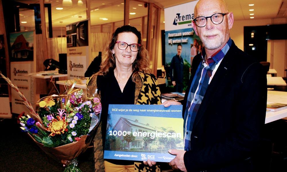 Wilma Witteveen krijgt de 1000e energiescan van Egbert Brouwer (DCZ Duurzaam Wonen).