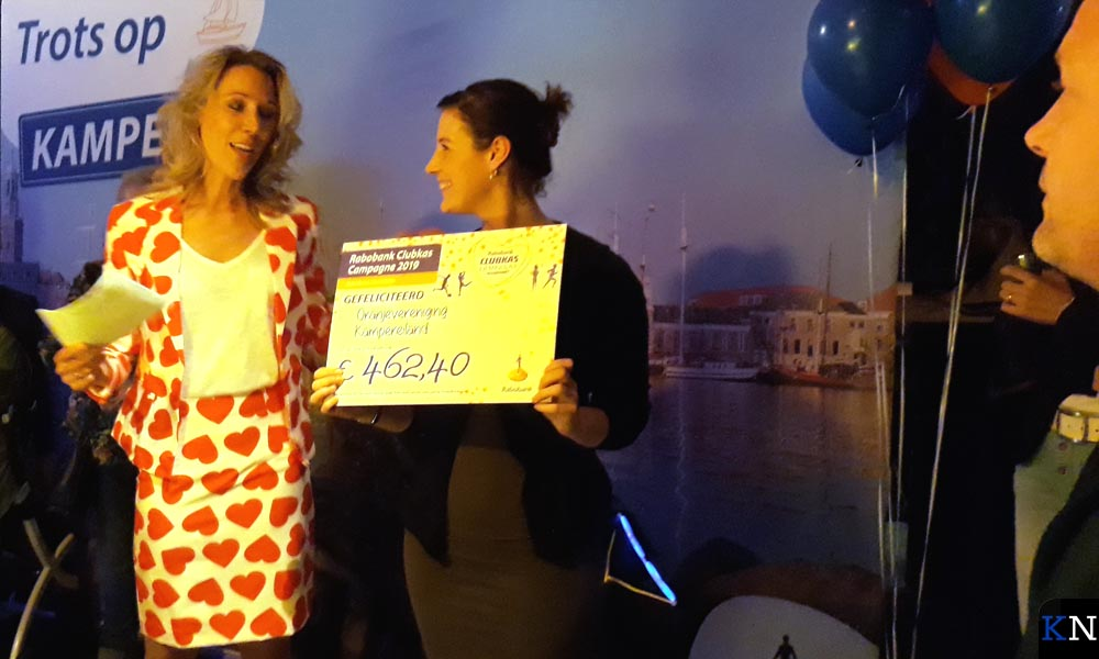 Marieke van den Berg neemt dolblij de cheque in ontvangst van Jenneke Palland.