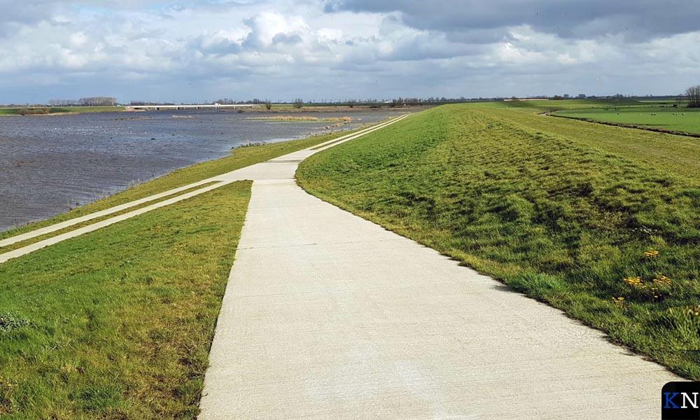 Het in aanleg zijnde fietspad over de Reevediepdijk.