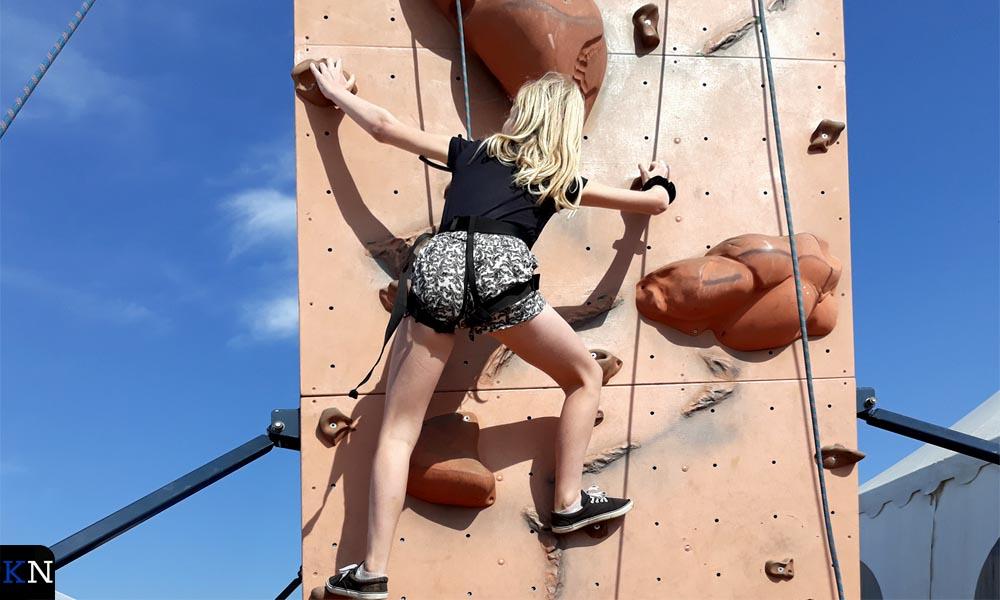 De klimwand bij het hoofdpodium vereiste acrobatische toeren.