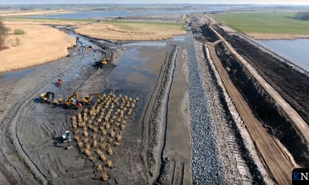 De werkzaamheden voor de aanleg van nieuwe rieteilandjes vanuit de lucht gezien.