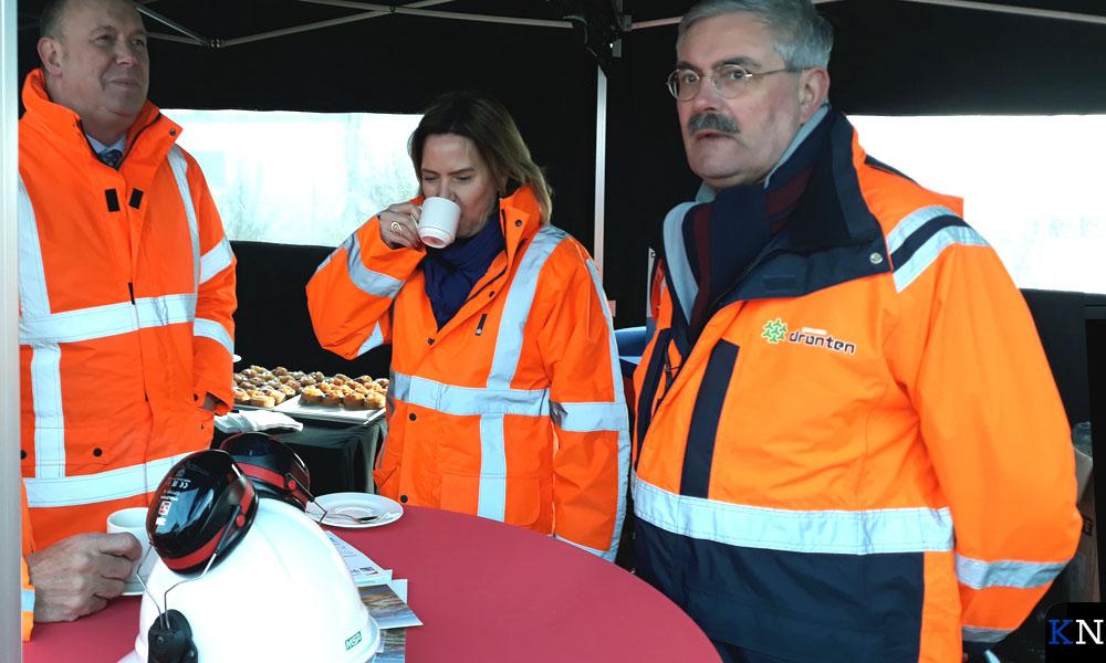 Gedeputeerde Boerman (l.) en burgemeester De Jonge (r.) flankeren minister Van Nieuwenhuizen.