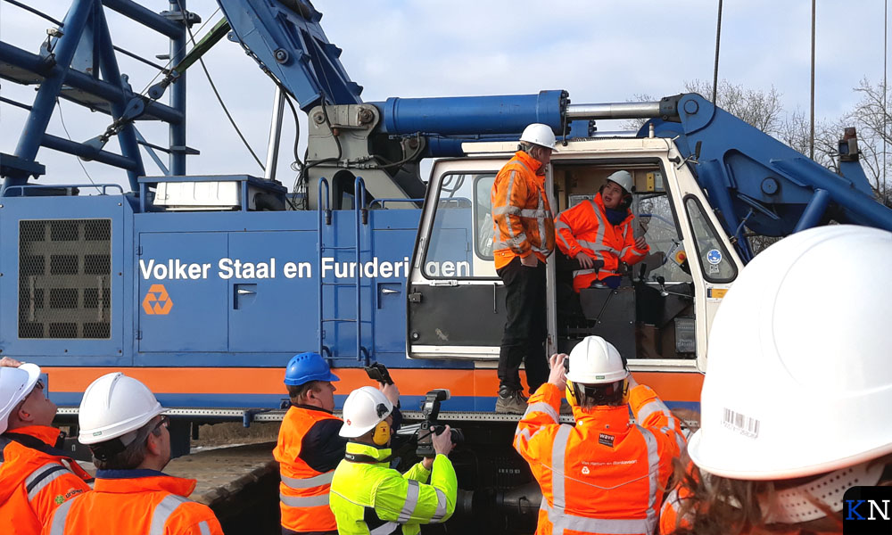 Minister Van Nieuwenhuizen neemt plaats in de heimachine voor fundering Reevesluis.