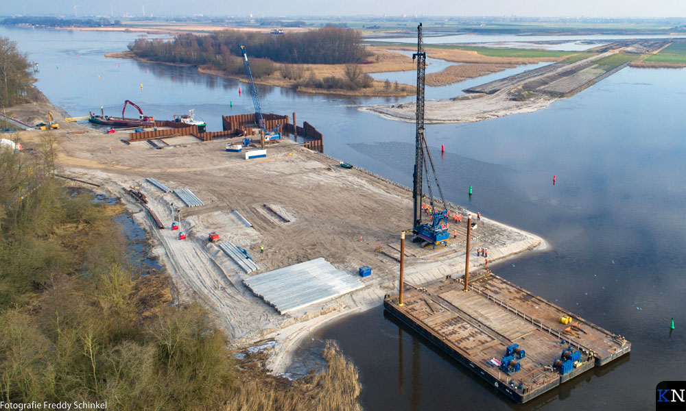 Luchtfoto gehele werkeiland voor bouw Reevesluis.