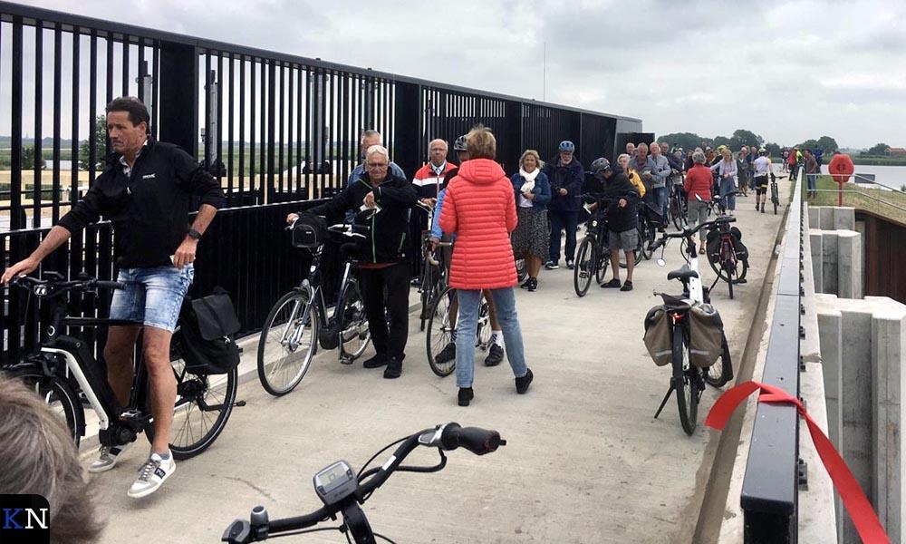 Wachtende passanten bij de niuewe fietspassage te voet over de Reevesluis.